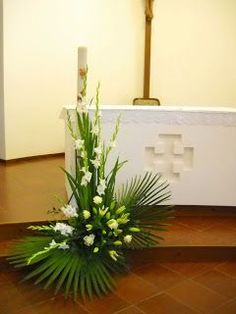 23 Clever DIY Christmas Decoration Ideas By Crafty Panda Contemporary Flower Arrangements, Tropical Floral Arrangements, Unique Flower Arrangements, Funeral Flower Arrangements, Altar Flowers, Church Flowers, Funeral Flowers, Church Altar Decorations, Flower Decorations