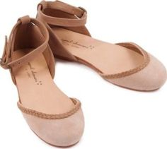 April Showers Nancy Shoes Beige 29EUR-10,5UK Fabrics : Nubuck Fabrics : Leather Sole, Leather Insole Details : Metallic Buckle, braided Delivered with its pouch Composition : 100% Leather http://www.comparestoreprices.co.uk/january-2017-7/april-showers-nancy-shoes-beige-29eur-10-5uk.asp