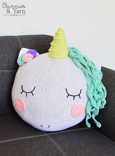 How to make an adorable crochet Unicorn pillow. 12 of The Cutest Unicorn Crochet Patterns Crochet Gifts, Cute Crochet, Crochet For Kids, Crochet Toys, Crochet Baby, Crochet Children, Unicorn Cushion, Unicorn Pillow, Knitting Patterns