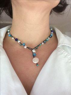 Collana all'uncinetto girocollo blu e perle