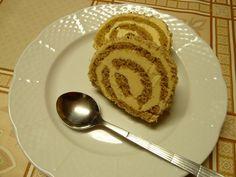 Vejce s cukrem ušleháme do husté pěny, vařečkou vmícháme mouku, ořechy a olej. Rozetřeme na plech vyložený pečícím papírem a upečeme v troubě...