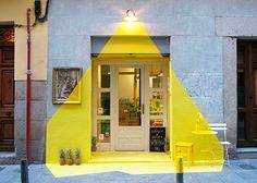 La fachada del restaurante vegano Rayen de Madrid estuvo permanentemente iluminada durante 4 días gracias a cinta adhesiva y objetos pintados en color amarillo.