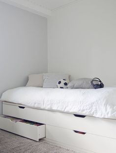 Design a bed with an IKEA chest of drawers! - Design a bed with an IKEA chest of drawers! Lit Hemnes Ikea, Stolmen Ikea, Ikea Bedroom, Small Room Bedroom, Room Decor Bedroom, Bedroom Black, Murphy-bett Ikea, Cama Ikea, Bed With Drawers Underneath