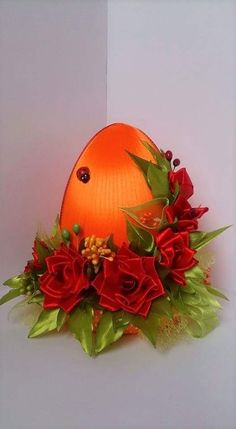 Egg Crafts, Easter Crafts, Diy And Crafts, Christmas Wreaths, Christmas Bulbs, Easter Fabric, Fabric Ornaments, Quilling 3d, Cloth Flowers