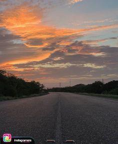 @hichfotografo nos comparte esta hermosa imagen en Puerto Cumarebo Utilizando el HT #IgersFalcon . . De qué manera va saliendo todo? La Respuesta está delante depende del sentido que se va llevando todo  . . #instapic #picoftheday #photooftheday #igersvenezuela  #photo #sunrise  #instagood #sunset #falcon #venezuela #sky #igersfalcon #puntofijoguia #paraguana #clouds #venezuelahermosa