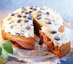 Dieser Kuchen lässt sich problemlos vorbereiten, der Heidelbeerrahm wird aber erst kurz vor dem Essen aufgetragen.