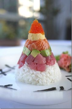 Recipe: Chirashizushi Cone - tobiko roe, omelette, salmon, avocado, tuna and sushi rice. It's like a sushi Christmas tree! Sushi Love, My Sushi, Sushi Art, Cute Food, I Love Food, Yummy Food, Sushi Comida, Sashimi Sushi, Sushi Rolls
