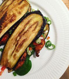 Se det här fotot av @astridljensen på Instagram • Auberginesandwich stegt på panden 😋 Nem, lækker! ••• stegt aubergine med hvidløg, pandestegt peberfrugt og kikærter tilsat garam masala, og til slut friske cherrytomater og @cheasy hytteost 👍🏻🍅🍆🔹 // ugnsbakad gratinerad lowcal lowcarb Sandwich toast lågkolhydrat lågkalori macka wrap keso stekt paprika vitlök kikärtor körsbärstomater MyRecipe