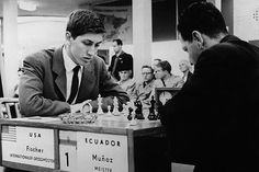 14ème Olympiade de Leipzig (RDA). Dans la seconde ronde des préliminaires (Groupe D), jouée le 18 octobre 1960, Bobby Fischer perd contre César Muñoz Vicuña (Equateur) avec les Blancs sur une Sicilienne Dragon #Echecs #Chess #Ajedrez #Шахматы #Schach #Scacchi #Sjakk #Xadrez