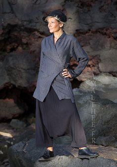 vêtements de créateurs en lin femme: veste cache coeur gris ardoise et sarouel noir