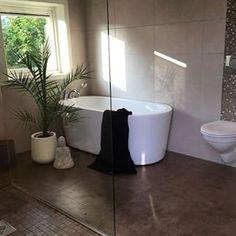 Utrolig flotte løsninger og god atmosfære på badetrommet til @silje_ring ! Tusen takk for at du inspirerer oss!#vikingbad #dusj #glassfelt #badekar #bathroom #baderomsinspo #bath #interiør #designforevig #julegaver #decoraçao #saladeestar #cozinha #bathroom #masterbathroom #badekar #vikingbad #whiteinterior #decoraciondeinteriores Norwegian House, Bathtub, Bathroom, Instagram, Home, Design, Kitchen, Standing Bath, Washroom