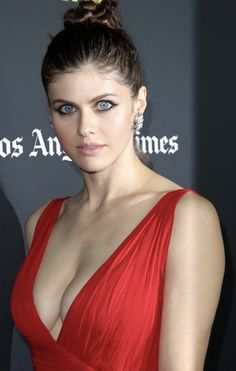 Alexandra Daddario in a low cut red dress Hollywood Celebrities, Hollywood Actresses, Beautiful Celebrities, Beautiful Actresses, Alexandra Actress, Alexandra Daddario Images, Beautiful Eyes, Beautiful Women, Hair Beauty