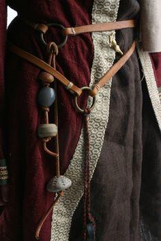 Detail opasku ženy z poloviny 6. století. Foto G. Leite, rekonstrukce K. Urbanová. Migration Period Women´s Belt. Photo Guna Leite, Reconstruction of dress K. Urbanová.