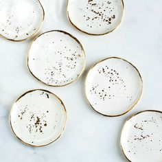Beautiful gold and white speckled ceramic plates. White stoneware plates with gold design and rims look absolutely fantastic and go great in a minimal dark kitchen or table set. Ceramic Plates, Ceramic Pottery, Ceramic Art, Pottery Plates, Hand Painted Pottery, Ceramic Coasters, Deco Originale, Ring Dish, Home Accessories