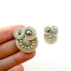 Orecchini soutache  Clip su regalo di anniversario  regalo Soutache Necklace, Tassel Earrings, Elspeth Mclean, Embroidery Techniques, Shibori, Beaded Embroidery, Boho Jewelry, Jewerly, Jewelry Making