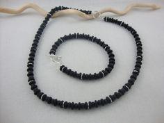 Dieses Set besteht aus Hals- und Armkette.  Der Effekt dieser Glasscheiben und Perlen in Verbindung mit versilberte Metallscheiben sind pure Eleganz.