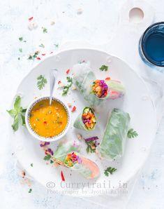Thai Spring Roll with Mango Sauce. Thai spring roll with Thai mango dipping sauce is to die for. Not just it looks pretty but tastes to light fresh and delicious. Wrap Recipes, Asian Recipes, Ethnic Recipes, Easy Recipes, Vegetarian Rice Paper Rolls, Thai Spring Rolls, Thai Mango, Mango Sauce, Mango Puree