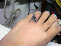 What does dragonfly tattoo mean? We have dragonfly tattoo ideas, designs, symbolism and we explain the meaning behind the tattoo. Toe Tattoos, Mini Tattoos, Great Tattoos, Finger Tattoos, Beautiful Tattoos, Body Art Tattoos, Small Tattoos, Tattoo Art, Wild Tattoo