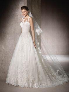 MOUSSIA, abito da sposa stile principessa in tulle, pizzo e ricami, stupisce per l'effetto seconda pelle del tulle cristallo. Scollo a cuore e barca #StPatrickBridal