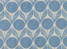Stilisiertes florales Design, inspiriert durch skandinavische Handdrucke aus den 1950er Jahren. Gedruckt auf wunderschönem, texturiertem Leinen mit zartem Charme. Bedrucktes Leinen Designer Stoffe & Tapeten, Polsterstoffe
