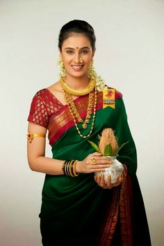 This app includes a collection of best handpicked Indian Bridal Dresses. Indian Silk Sarees, Soft Silk Sarees, Satin Saree, Traditional Sarees, Traditional Dresses, Traditional Wedding, Indian Dresses, Indian Outfits, Nauvari Saree