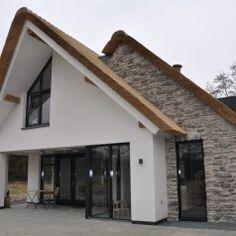 Steenstrips Landelijk wonen in combinatie met een rieten kap en stucwerk. Een ontwerp van Best Architecten. Bijzonder zetwerk van Geopietra Steenstrips met een uitstraling van 'n oude Muur.