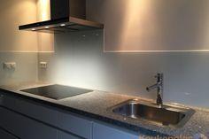 Witte glazen keuken achterwand geplaatst De Meern #backsplash #splashback #keukenachterwand #keukenglas #glazenwand #kitcheninspiration