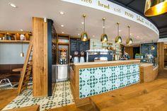 Willkommen im stilvollen Café Pano im Shopping Outlet Montabaur! Dort gibt es viele süße und herzhafte Köstlichkeiten – sowie #Zementfliesen von Mosáico. Die Kombination mit dem #Parkettboden ist wunderbar!     Innenarchitektin Carolin Merz von MINTERIOR übernahm die Ausstattung – die Zementfliesen wurden durch WERKGUT aus Montabaur verlegt.