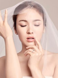 Song Hye Kyo has every man scrambling to put a ring on her finger first in new 'J.Estina' shot   http://www.allkpop.com/article/2015/10/song-hye-kyo-has-every-man-scrambling-to-put-a-ring-on-her-finger-first-in-new-jestina-shot