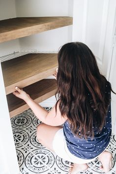 Feb 2020 - How to build diy faux floating shelves that will hide wire shelves in a closet. This is an amazing home hack that's an instant transformation. Covering Wire Shelves, Closet Shelves, Corner Shelves, Wall Shelves, Corner Storage, Wood Shelf, Kitchen Shelves, Shelf Makeover, Plywood Shelves