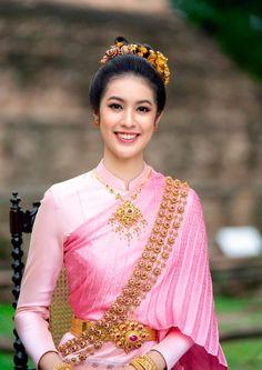 Beautiful Nature Pictures, Beautiful Asian Girls, Thai Decor, Thai Dress, Traditional Dresses, Asian Beauty, Designer Dresses, Sari, Model