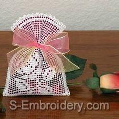 Bomboniere - bastaunfilopercreareJimdoPage! Crochet Sachet, Free Crochet Bag, Crochet Pouch, Crochet Gifts, Freeform Crochet, Crochet Motif, Crochet Doilies, Crochet Flowers, Hand Crochet