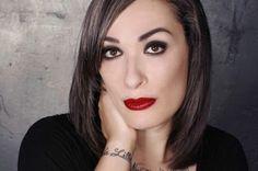 """Vida de una 'trans': """"Si abandonamos la marginalidad podemos molestar"""". Roberta Marrero relata su infancia y su vida como artista transexual en una novela gráfica. Rafa Cervera   El País, 2016-11-06 http://cultura.elpais.com/cultura/2016/11/05/actualidad/1478360073_106879.html"""