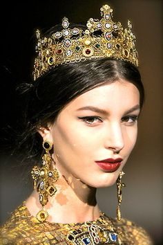 View the Dolce & Gabbana Fall 2013 RTW show. See photos and get The Cut's perspective on the Dolce & Gabbana RTW collection Royal Jewels, Crown Jewels, Royal Royal, Crown Royal, Vintage Chanel, Costume Roi, Costumes, Moda Formal, Looks Halloween