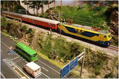 Mantenimiento invernal VIAM (C. de Madrid). Escala H0.  Locomotora eléctrica 250-006-4 RENFE con furgón D12-12404, y coche restaurante RRR-9908 RENFE.  Escala H0.