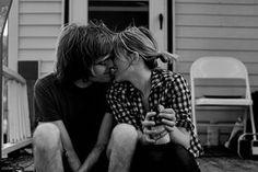 Era preciso desfazer este nó na garganta. Este nó que me tira o ar e me impele para desatinos românticos. Era preciso escrever-te esta outra carta para desfazer tal nó e confessar, mais uma vez, o quanto te amo e o quanto és importante para mim.  Era preciso dizer novamente, o quanto cada momento ao teu lado me faz bem. O quanto me traz de paz e até mesmo de saúde, pois ao teu lado o meu coração bate mais tranquilo e sossegado, mais feliz.  Meu amor, a saliva dos teus beijos sustenta-me. O…