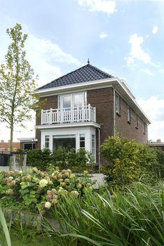 De gevel in combinatie met erker en balkon aan de voorzijde geven dit huis een elegante uitstraling.