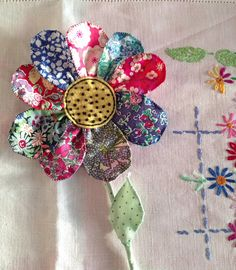 Scrap project - Fab flower inspired by the fabulous Julie Arkell Cloth Flowers, Faux Flowers, Diy Flowers, Fabric Flowers, Paper Flowers, Scrap Fabric Projects, Fabric Scraps, Sewing Projects, Fabric Brooch