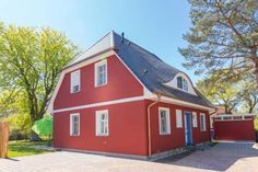Haus Kl�ver Prerow (Ostseebad) Set in Prerow, this holiday home is 6 km from Dar? open-air museum. Guests benefit from terrace.  The kitchen features a dishwasher, an oven and a microwave and there is a private bathroom. Towels and bed linen are provided in this holiday home.