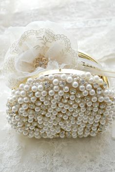 Pearl Clutch / from Ana Rosa Vintage Accessoires, Mode Glamour, Do It Yourself Fashion, Bling, Pearl And Lace, Clutch Purse, Coin Purse, Pearl Jewelry, Evening Bags
