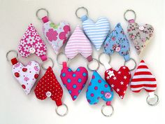 If you need an original gift for your loved ones, you will find a gift . - Ringe - Welcome Crafts Hobbies And Crafts, Arts And Crafts, Sewing Crafts, Sewing Projects, Weird Gifts, Crazy Gifts, Heart Keyring, Fabric Hearts, Heart Crafts