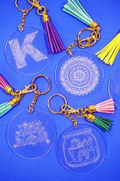 Keychain Design, Diy Keychain, Cricut Tutorials, Cricut Ideas, Vinyle Cricut, Engraving Tools, Acrylic Keychains, Card Making Tips, Cricut Craft Room