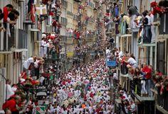 La traditionnelle course de taureaux dans les rues de Pampelune (Espagne), le 11 juillet 2012. PEDRO ARMESTRE