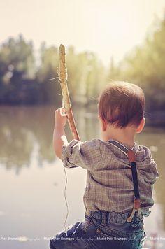 Lifestyle toddler outdoor. fishing. classic. Photography. Séance photo enfant extérieur. Peche. Classique.