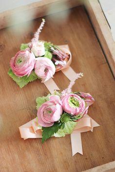 ©La mariee aux pieds nus - Bracelets de temoins avec des fleurs #wedding #boutonniere #mariage #fleurs