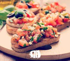 Fácil e muito saborosa... Essa bruschetta é meu prato favorito quando quero um aperitivo mais elaborado http://fabiolenza.com.br/2014/08/bruschetta-de-microondas/ #receita