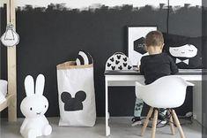 O quarto infantil pode ser decorado em cores neutras, utilizando apenas as cores preto e branco.  Além de ser moderno e atemporal, é super prático. Se quiser mais dicas sobre como decorar o quartinho do seu filho, entra aqui