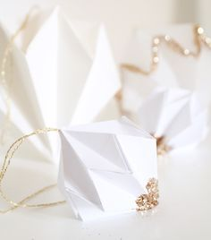 DIY le Diamant de Noël. Origami à personnaliser pour sa décoration de Noël. Origami Ornaments, Paper Christmas Ornaments, Christmas Time, Christmas Crafts, Christmas Decorations, Paper Diamond, Diamond Origami, Diy Origami, Diy Weihnachten