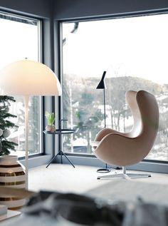 A poltrona Egg, do dinamarquês Arne Jacobsen, foi desenhada em 1958 especialmente para o Hotel Royal SAS, de Copenhagen. Uma das peças mais populares do designer e arquiteto, ganhou esse nome em razão do seu formato curvo.