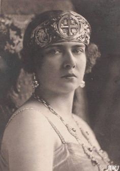 Maria of Romania, Queen consort of King Alexander I, wearing the Golden Cross Tiara, Yugoslavia gold). Originally belonging to Queen Marie of Romania, she gave it to her daughter Princess Maria when she married King Alexander I of Yugoslavia. Royal Tiaras, Tiaras And Crowns, Royal Crowns, Romanian Women, Romanian Royal Family, King Alexander, Princess Alexandra, Princess Elizabeth, B 13